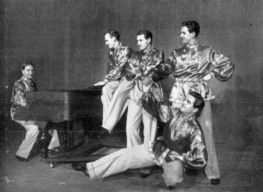 Eines der bekanntesten Bilder der Kardosch-Sänger, entstanden im Berliner Wintergarten. V.l.n.r.: István Kardoš, Zeno Costa, Rudi Schuricke, Fritz Angermann – unten: Paul von Nyiri